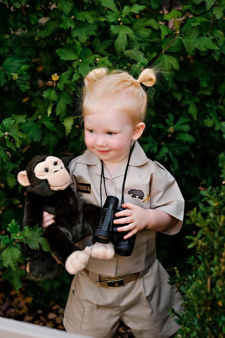 Bimbra travestita da Jane, bambina con capelli legati a chignon, vestiti carnevale bambini fai da te