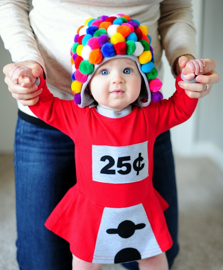 Costume carnevale neonato, bimba travestita , cappellino con pom pom, mamma che tiene la bimba