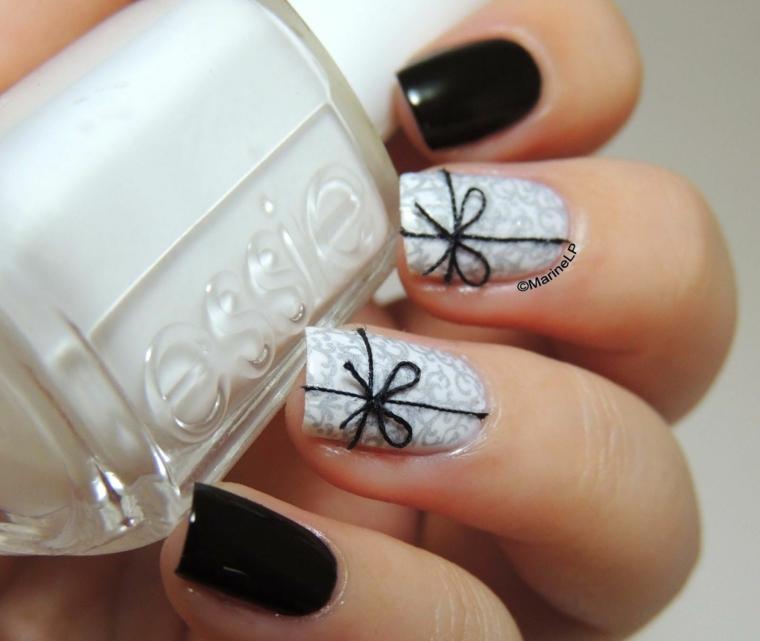 Unghie natalizie semplici, smalto colore nero lucido, accent nail bianco e fiocco