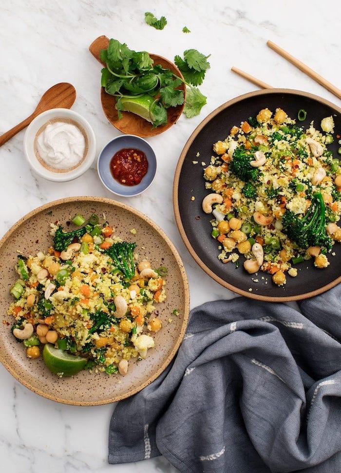 Cena leggera invernale, piatto con quinoa e broccoli, ciotola di legno con prezzemolo