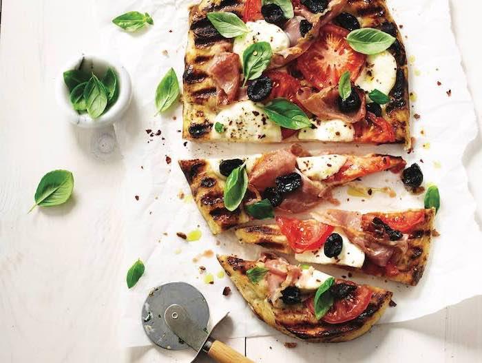 Pizza con pomodoro e mozzarella, foglie di basilico, cosa cucino stasera