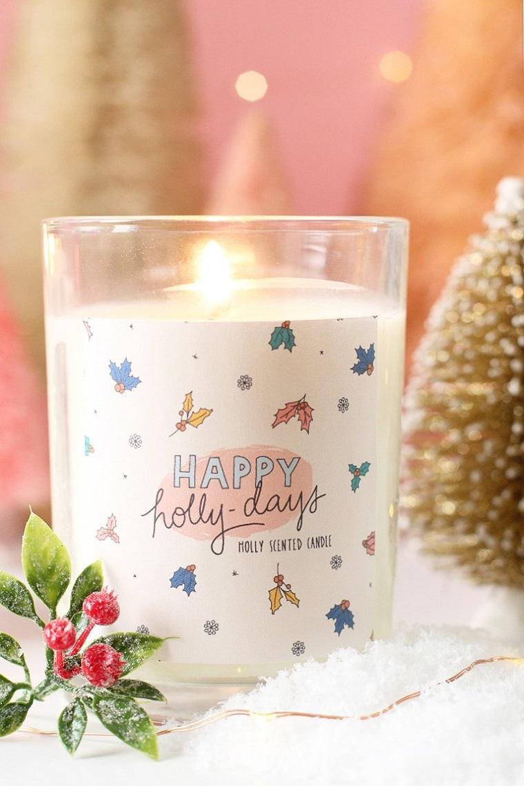 Cosa farsi regalare a Natale, candela con etichetta personalizzata, decorazione con bacche finte