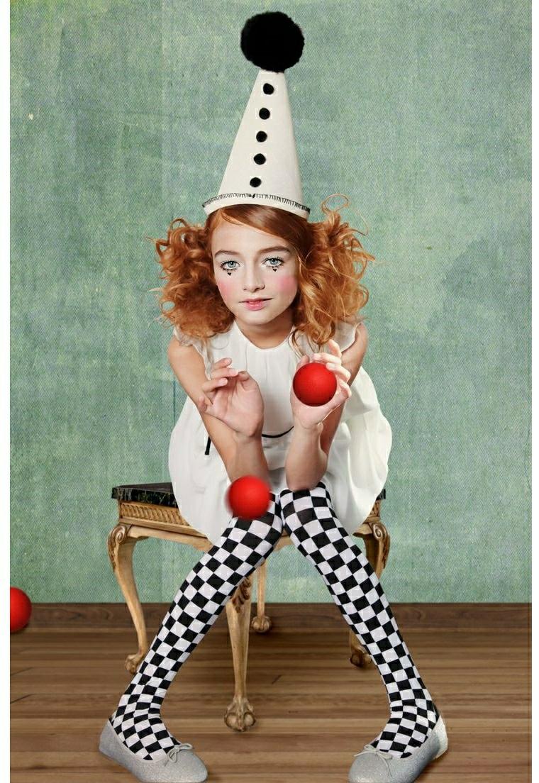 Bambina travestita da pagliaccio, capelli a cono e pompom, vestiti carnevale bambina