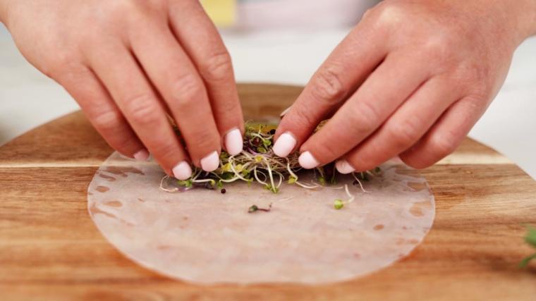 Avvolgere i germogli nella carta di riso, preparazione involtini primavera
