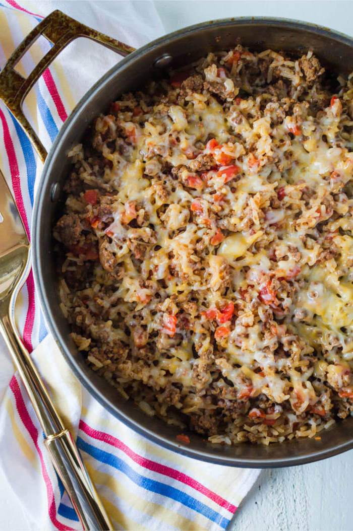 Risotto con carne macinata, padella con risotto e formaggio fuso, cena sfiziosa