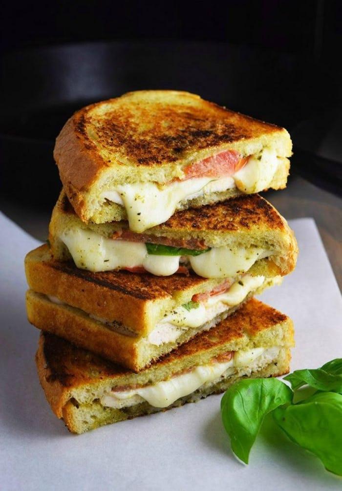 Cena sfiziosa e veloce per amici, panini con formaggio fuso, toast con pesto genovese