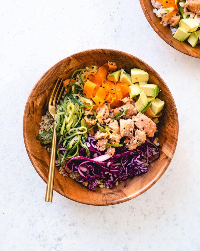 Piatto con cubetti di salmone, pezzettini di avocado, strisce di carota e cetriolo, cosa cucino stasera