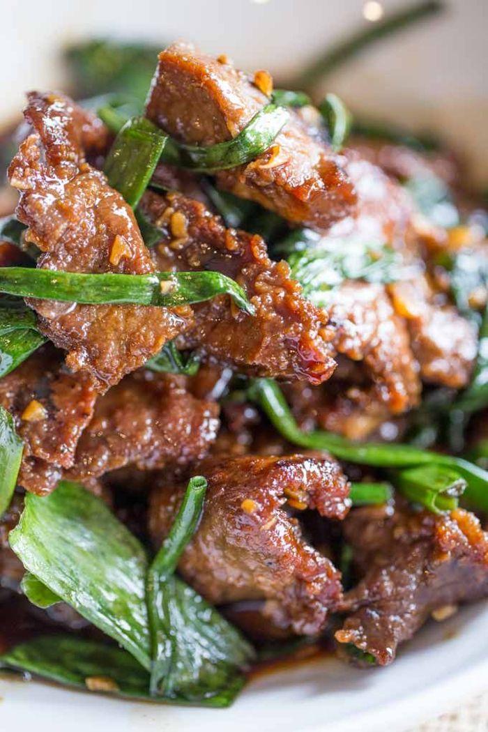 Bocconcini di manzo, cipolla verde con carne, ricette facili per cena, carne in padella