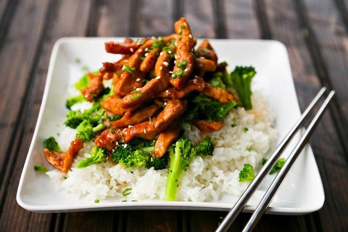 Pezzettini di carne con base di riso bianco, broccoli bolliti, cena sfiziosa