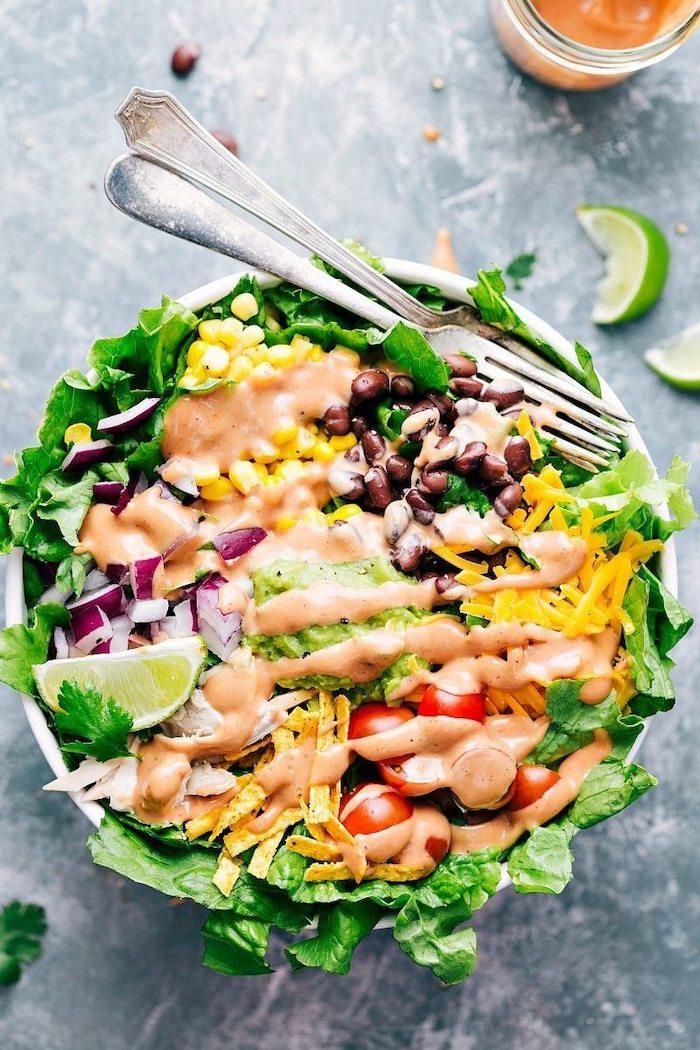 Insalata di lattuga e salsa rosa, fettine di limone, mais e fagioli neri, ricette facili per cena