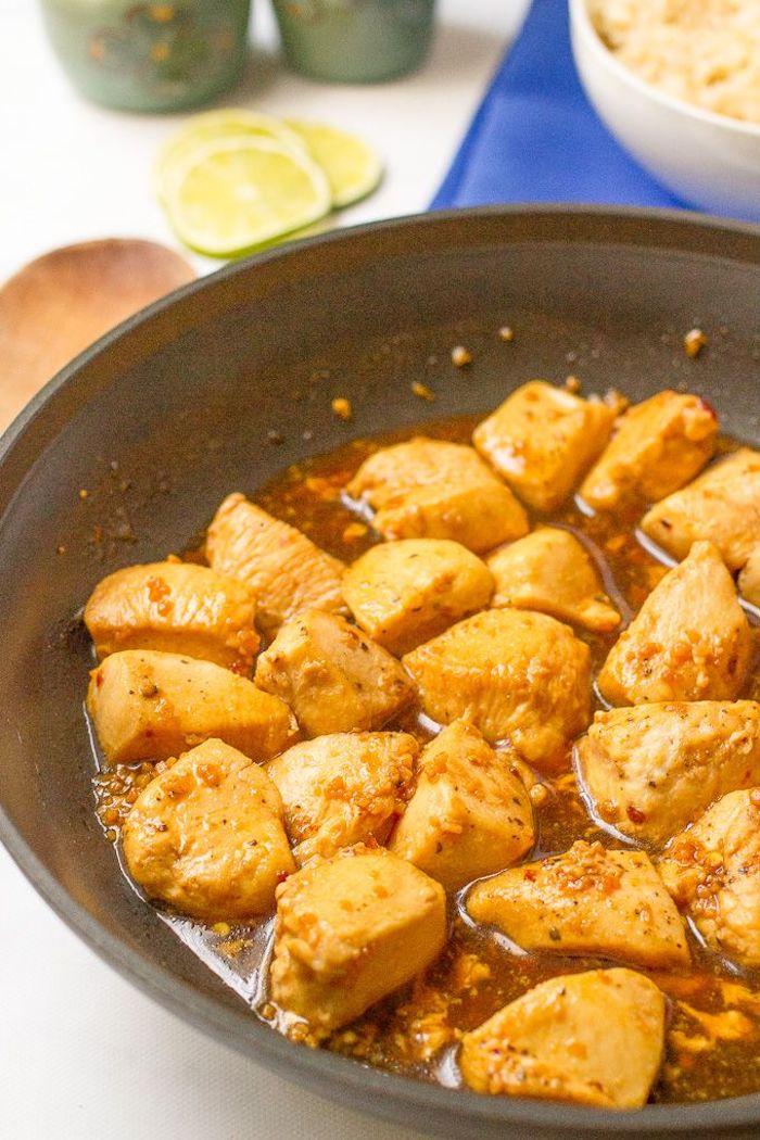 Bocconcini di pollo in padella, ricette facili per cena, pollo con sugo all'aglio e miele