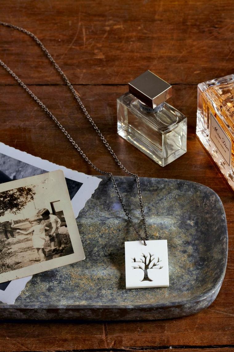 Regalini natalizi, collana con ciondolo, bottiglietta di profumo, ciondolo di legno con incisione albero