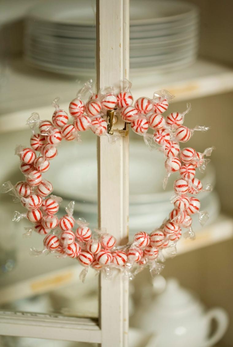 Corona di caramelle, cosa farsi regalare a Natale, mobile di legno bianco, servizio di piatti