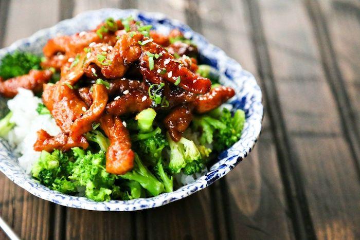 Piatto di broccoli con carne, carne di maiale e riso bianco, cosa cucino stasera
