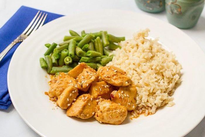 Piatto con bocconcini di pollo, bocconcini di pollo con contorno di riso, cena sfiziosa