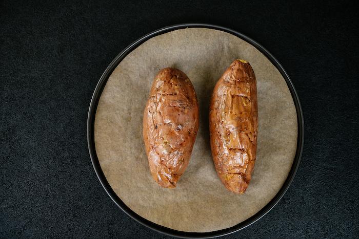 Cena sfiziosa e veloce per amici, teglia ricoperta con carta da forno, patate cotte al forno