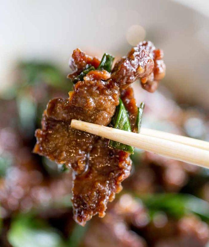 Bocconcini di carne in padella, cipolla verde rosolata, cena leggera invernale, bacchette di legno