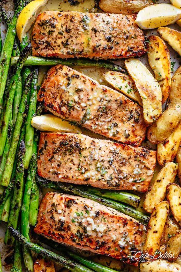 Filetti di salmone con patate al forno, salmone con asparagi, cena sfiziosa e veloce per amici