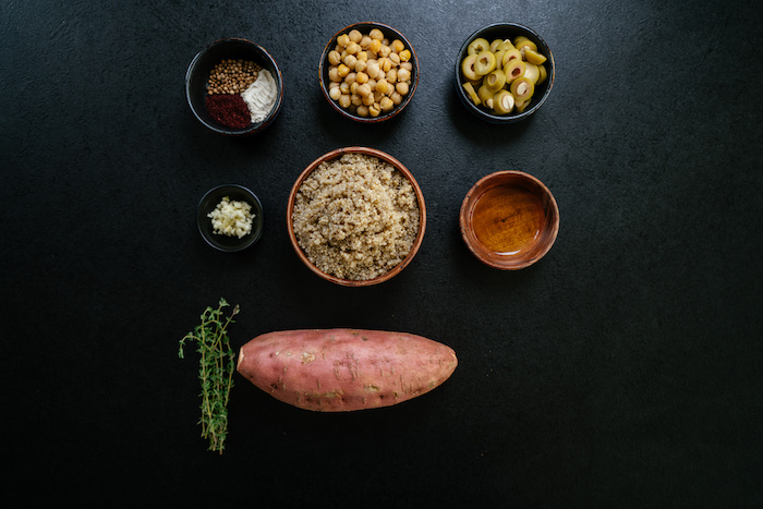 Idee per cena veloce e leggera, ingredienti per preparare le patate, ingredienti in ciotole