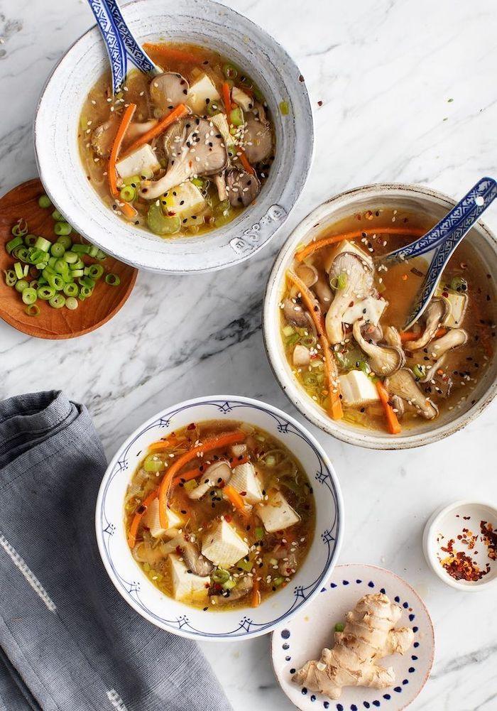 Idee per una cena veloce e leggera, zuppa di funghi ostrica, minestra con semi di sesamo