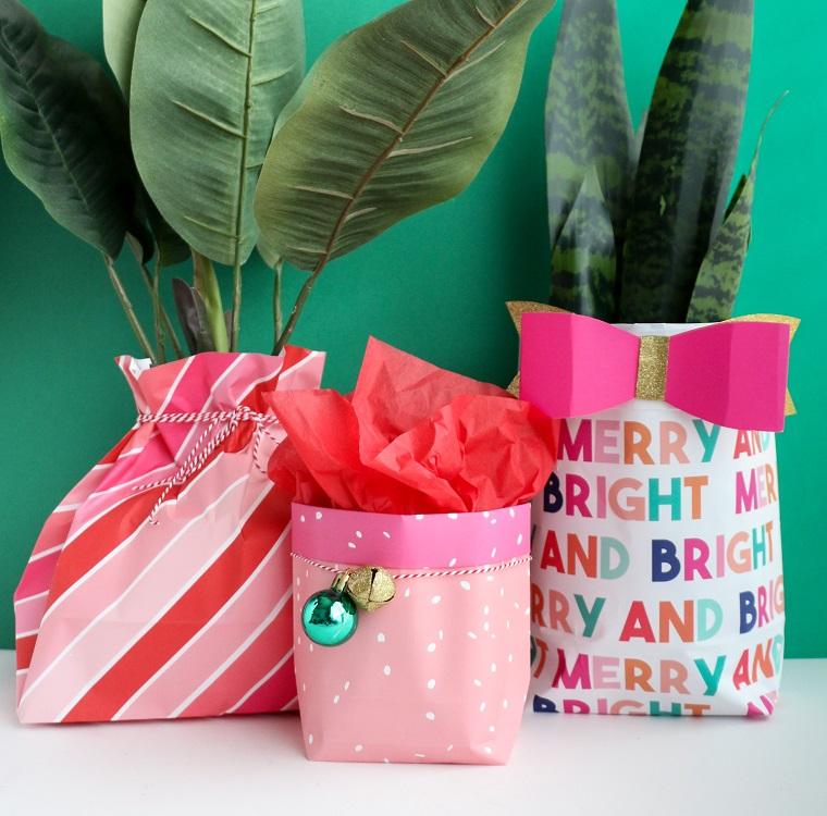 Regali romantici per lei, sacchettini di carta per regali, piante con foglie verdi