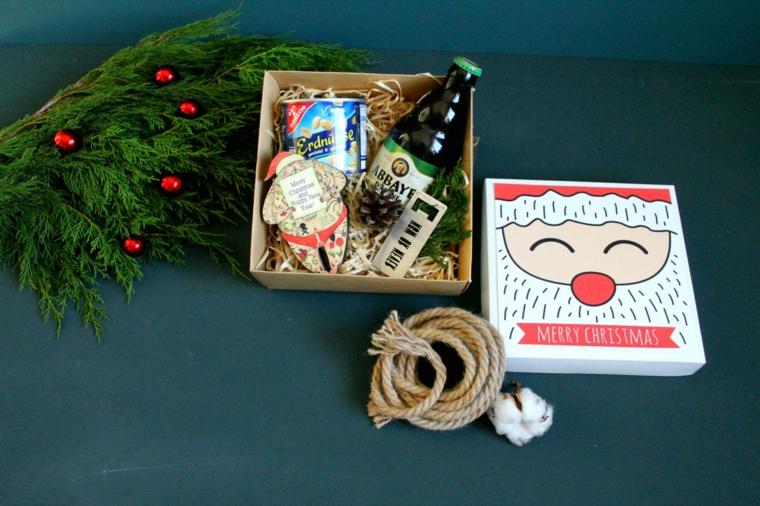 Rametti verdi con bacche, scatola regalo natalizio, idee regalo fidanzato, scatola con birra e noccioline