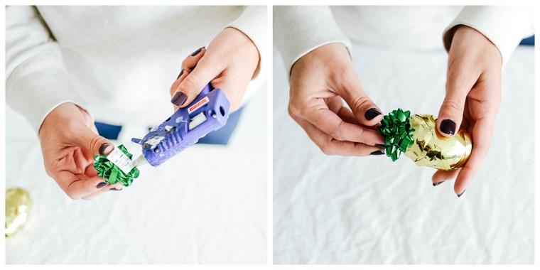 Incollare fiocco con pistola colla a caldo, regali di Natale per lui, tutorial decorazione tappo bottiglia