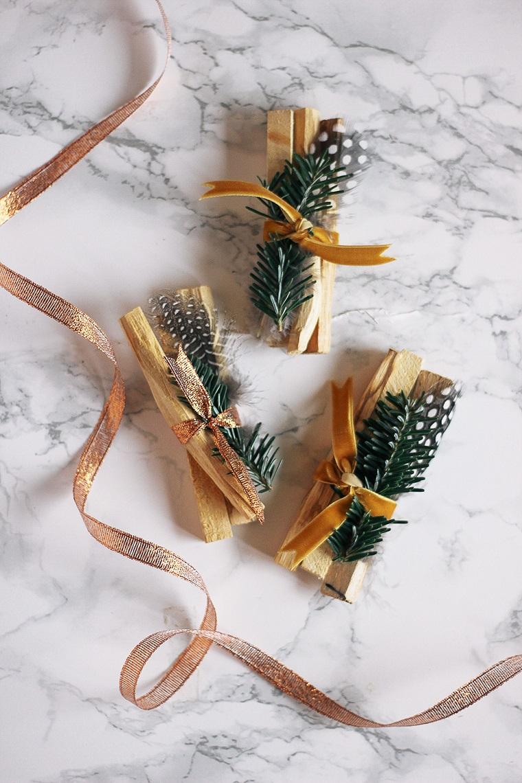 Nastro colore oro glitter, palo santo profumato, decorazione con rametti, pensierini di Natale