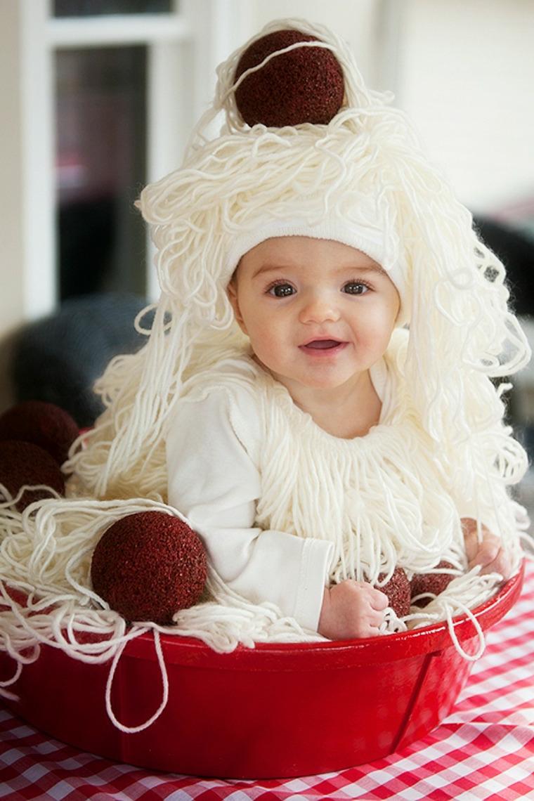 Bimba travestita da un piatto di spaghetti, vestiti carnevale neonato, costume con filo di lana