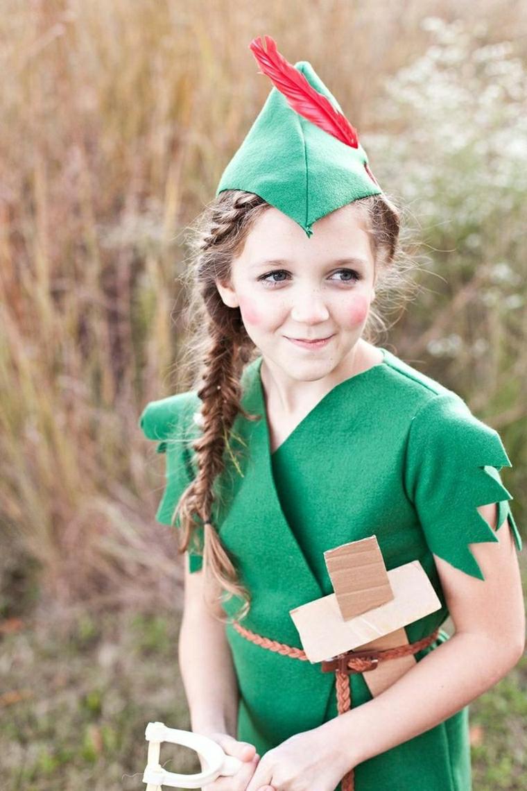 Bambina travestita da Piter Pan, capellino e vestito di feltro verde, vestiti carnevale bambini fai da te