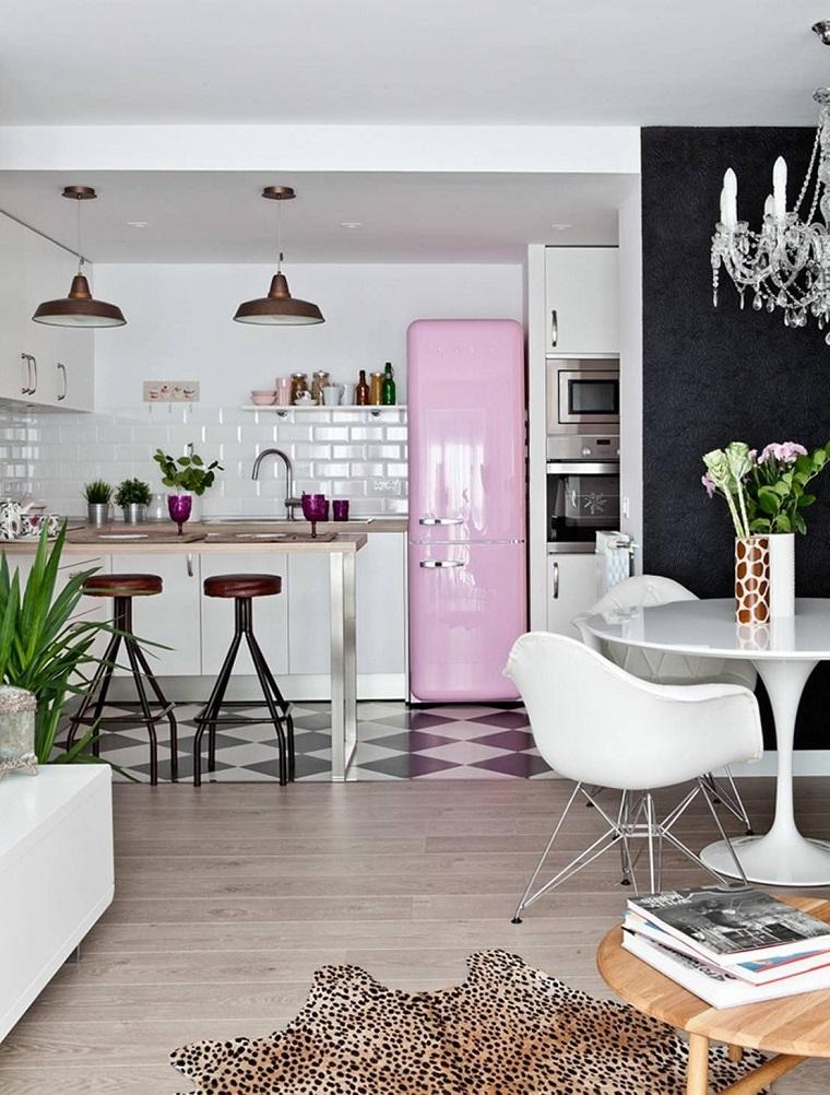 Frigo smeg rosa, arredamento vintage, pavimento con piastrelle a scacchi