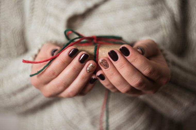 Accent nails colore oro, smalto nero lucido, regalo incartato con fiocco, unghie gel natalizie
