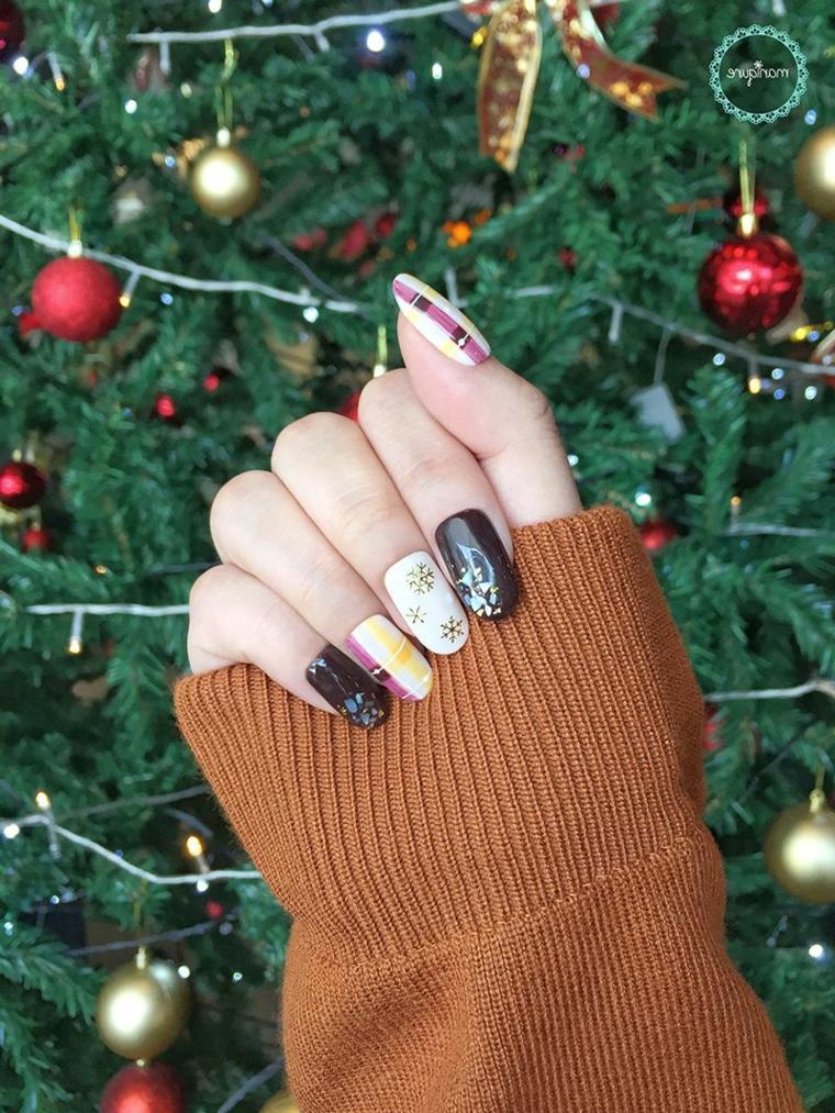 Unghie gel natalizie, disegni su smalto gel, manicure forma arrotondata, albero di Natale addobbato