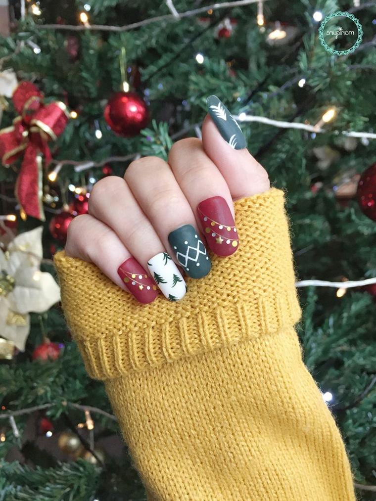 Albero di Natale addobbato, manicure forma arrotondata, unghie natalizie rosse e oro