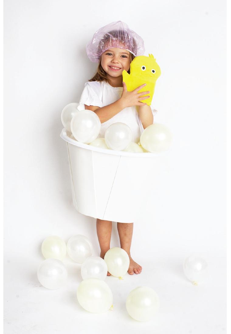 Travestimento bimba bolle di sapone, palloncini bianchi gonfi, vestiti di carnevale bimba