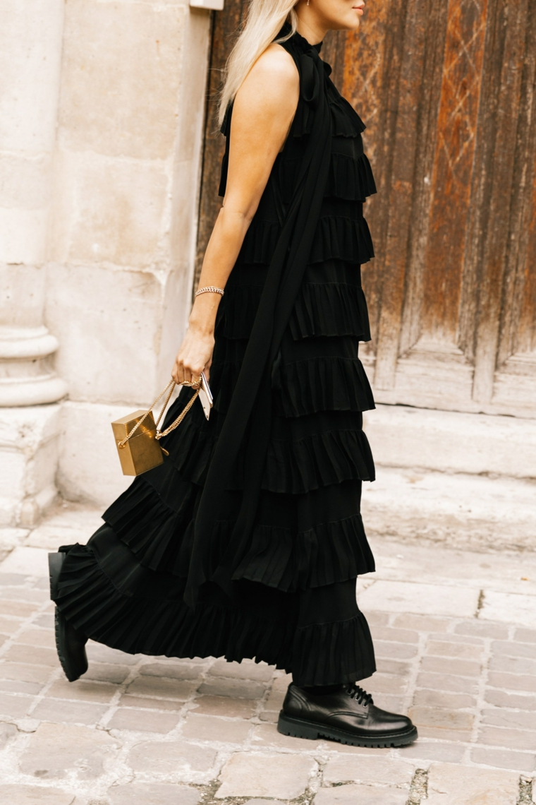 Vestiti lunghi estivi economici, abito nero con volant, stivaletti anfibie nere, donna che cammina