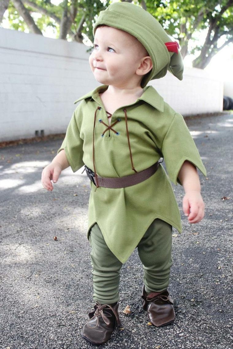 Bambino travestito da elfo, bambino con cappellino verde, vestiti carnevale per bambini
