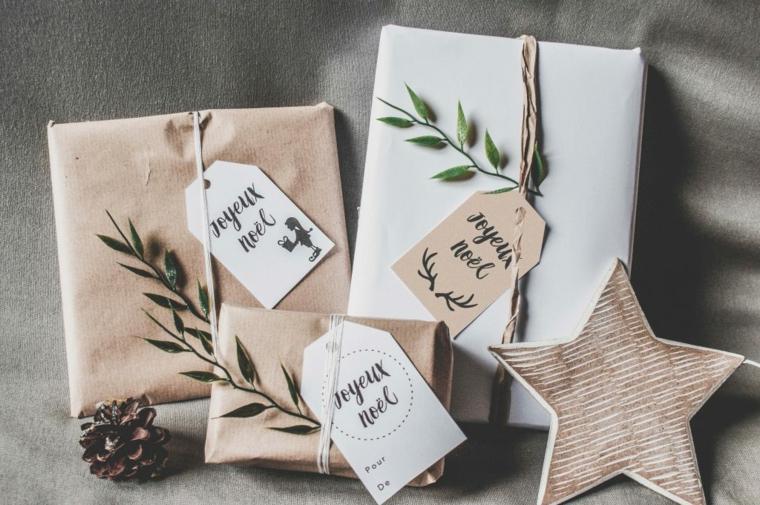 Cosa posso regalare alla mia ragazza, pacchi regalo incartati, decorazione con biglietto e rametti