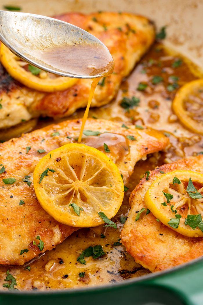 Padella con filetti di pollo, sugo per pollo, fettine di limone, cosa cucino stasera