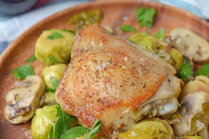 Pollo con cavolini di bruxelles, pollo con funghi, cosa cucino oggi, cena in piatto di legno