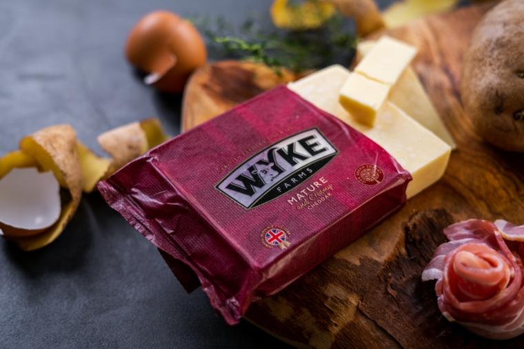 Ricette con patate al forno, formaggio cheddar confezionato e fette di bacon