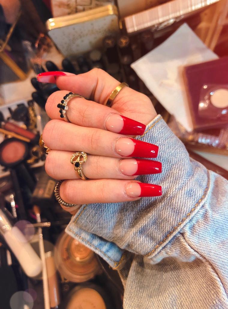 Ricostruzione unghie natalizie, unghie ballerina, smalto rosso french manicure inversa