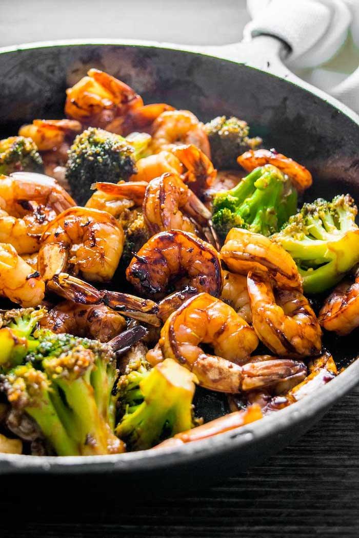Gamberetti con broccoli, idee per cena leggera, padella con gamberi e broccoli arrostiti