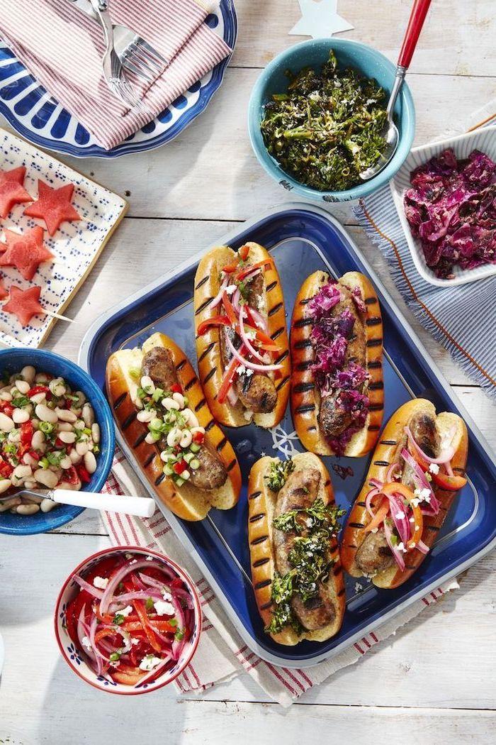 Cosa cucino oggi, hot dogs con salsiccia, ciotole con insalate, insalata di fagioli e peperoni