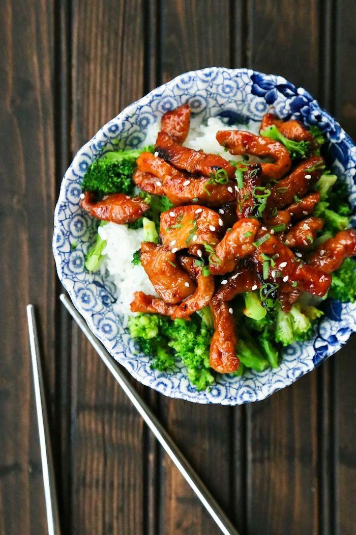 Bocconcini di maiale su una base di riso, piatto con broccoli, cosa cucino oggi