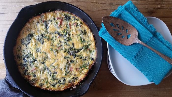 Frittata di uova con spinaci, padella con frittata, ricette facili per cena