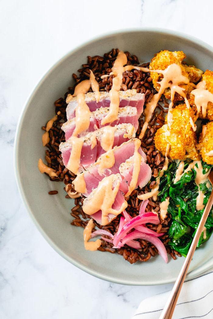 Risotto nero con tonno, carne con salsa rosa, spinaci bolliti, cosa cucino stasera