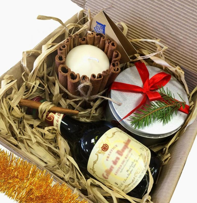 Scatola con doni natalizi, candela con bastoncini di cannella, regali per fidanzato natale