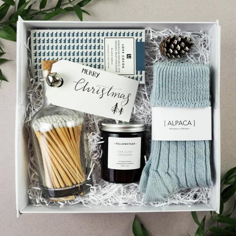 Scatola regalo con calze di lana, candela e fiammiferi, regali originali per lui di Natale