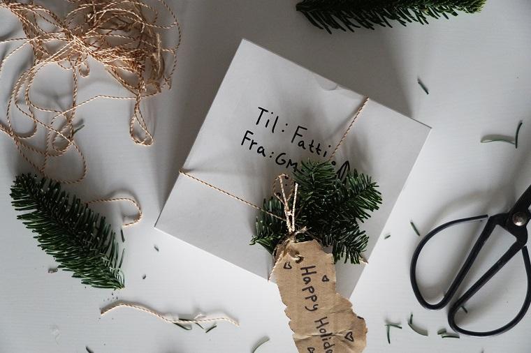 Regali per fidanzato Natale, scatola incartata, decorazione regalo con rametti e spago